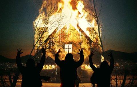 KIRKEBRANN: Nedbrenningen av Fantoft stavkirke er med i filmen Lords of Chaos.