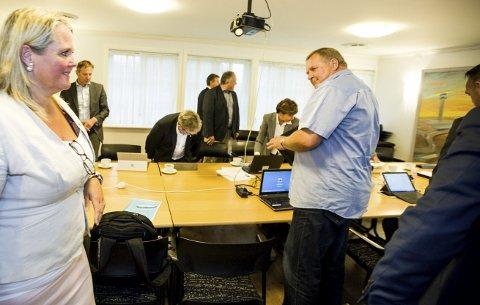 STYREVEDTAK: ØRUs styreleder Grete Sjøli og ØRU-direktør Kurt-Gøran Adriansen før styremøtet ble satt og dørene lukket den 9. september. Nå skal det forhandles om løsning.foto: TOM GUSTAVSEN