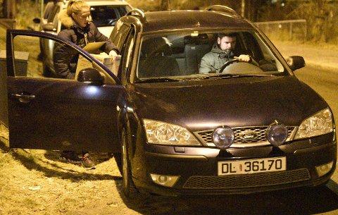 ETTERFORSKERE: Etterforskere fra politiet bar med seg en pappeske med gjenstander i etter å ha vært innom huset tirsdag kveld. FOTO: VIDAR SANDNES