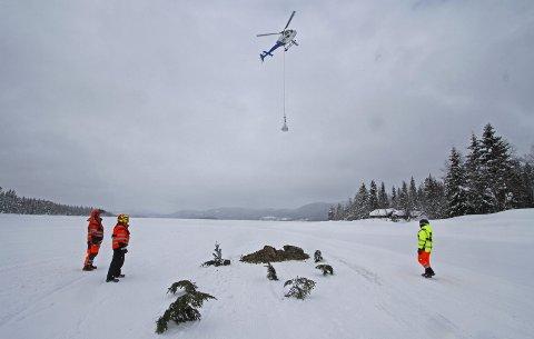 Siktemål: Grankvister i snøen på isen markerer nøyaktig hvor storsekkene med grus skal tømmes for å treffe nøye kartlagte gyteplasser når isen går til våren. Alle fotos: Hallgeir B. Skjelstad