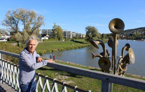 KRITISK: Arkitekt Odd Haslestad er tidligere kommunepolitiker i Skedsmo. Han tror de færreste har oppfattet at det var meningen at «Lyden av Lillestrøm» skulle oksidere. Foto: Rune Bernhus