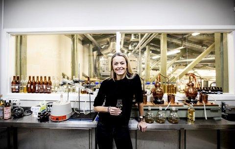 Marthe Bøhn (43) er akkurat ferdig med å produsere 3.600 flasker med akevitt. På master blender-rommet til Oslo Håndverksdestilleri har hun brukt mye for til å komme fram til en litt mer feminin akevitt som passer utmerket på til julemat. Alle foto: Tom Gustavsen