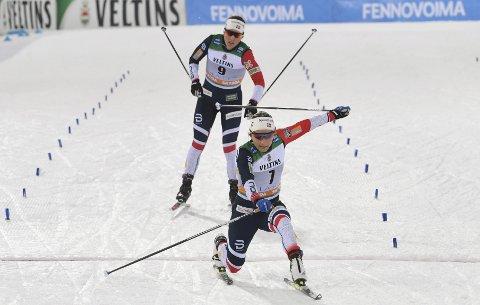 Maiken Caspersen Falla (foran) og Tiril Udnes Weng ble nummer 2 på lagsprinten i Lahti. Foto: Markku Ulander / Lehtikuva / NTB scanpix