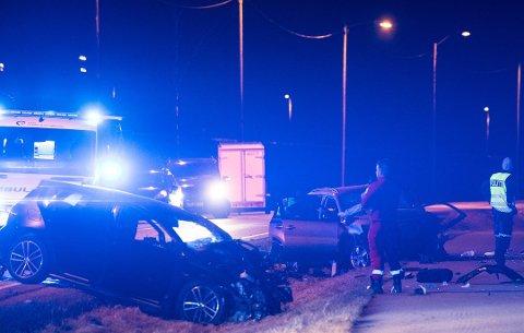 50-ÅRING OMKOM: Kvinnen fra Skedsmo var fører av den grå bilen og ble erklært død på stedet. Hennes ektemann ble kjørt til Ullevål sykehus og ble betegnet som kritisk skadd. Det samme var den 23 år gamle føreren av den andre bilen.
