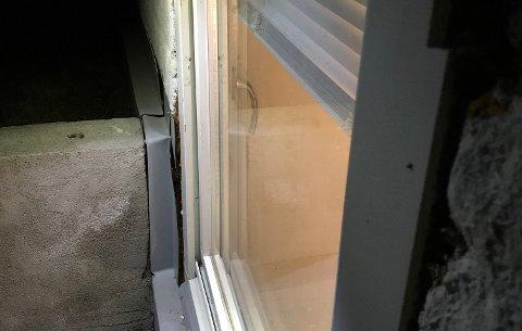INNBRUDDSFORSØK: Dette vinduet ble forsøkt brutt opp torsdag kveld.