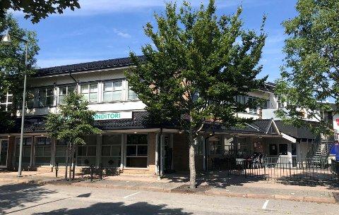 INGEN SERVERING: Både puben og kafeen i Saga Senter har stengt dørene.