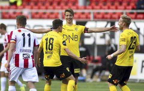 Forskjellen: Thomas Lehne Olsens to mål gjorde at LSK tok en sliteseier i Tromsø. Ulrik Mathisen og Gjermund Åsen vet å sette pris på kapteinen. Selv mener han seieren betød mye for laget: – Nå trenger vi ikke å tenke på at vi ligger der nede, selv om det er veldig tidlig. Nå kan vi ta enda et steg videre. Vi skapte ikke så mye, men slapp til veldig lite. Den flyten her kan bygges på, sier han. Begge foto: NTB SCANPIX