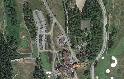 Ifølge operasjonslederen skal bilen ha havnet i en dam ved Losby gods.
