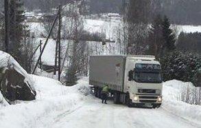 TRAILERSTOPP: Stadig står det trailere og sperrer veien i Follestadveien.