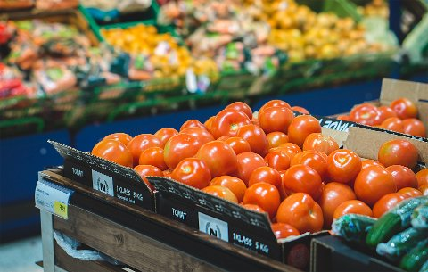 IKKE FARLIG: Ifølge Mattilsynet er det lite sannsynlig at du blir smittet av korona-viruset gjennom maten du spiser. Heller ikke matvarer uten emballasje, eller mat som er importert fra land med korona-smitte.