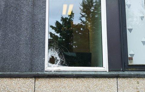 RÅDHUSET I SANDE: Hærverket skjedde på et av baksidens vinduer i første etasje.