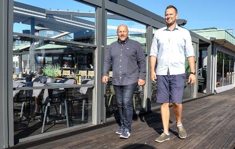 GÅR FOR VEKST: Sola skinner på arbeidende styreleder Terje Gleditsch (t.v.) og daglig leder Peter Nordberg. Pir 4 på brygga har så langt i år servert 36.000 pizzaer, og omsetningsveksten har vært solid.