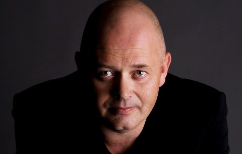MAGISK AFTEN: Torgrim Holte kommer til Sandefjord med sitt hypnoseshow. Sammen med seg på scenen har han magiker Daniel Larsen. Kvelden har de kalt «En magisk aften». FOTO: Helene Andresen/dinfotograf.no