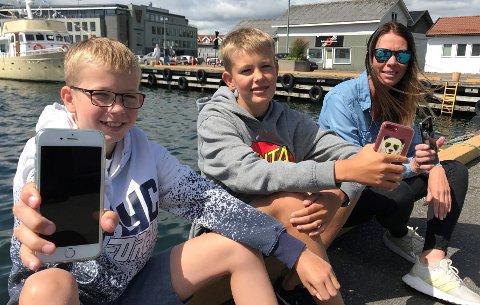 LEIER MOBIL: Henrik Hagen Ingebrigtsen, Mathias Hagen Ingebrigtsen og Jorunn Hagen sparer penger og miljø ved å leie mobil istedet for å kjøpe nye.