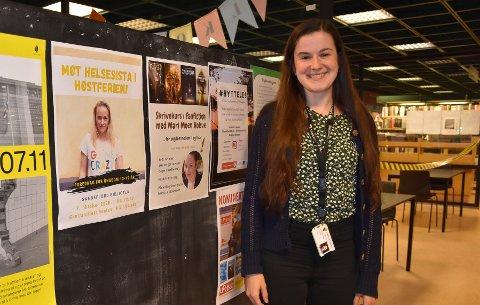 SIKRE BILLETT: Biblioteket inviterer ungdom til høstferieaktiviteter med mening. – Arrangementene er gratis, men man må registrere seg og hente billett i forkant, sier konsulent for ungdomsavdelingene ved bibliotekene i Sandefjord, June Røys Hauge. FOTO: Vibeke Bjerkaas