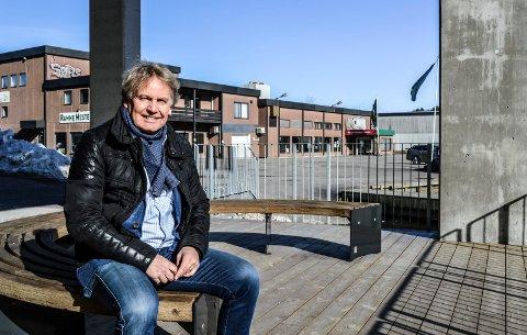 KRITISK: Daglig leder og hovedaksjonær i Inter Eiendom, Jan Hansen, under betongsøylene ved gangveien på Nye Kilen Brygge.  – Det er ikke bra med overbygd gang/sykkelvei hvor bygningsmassen henger over og utover sjøfronten, synes han.