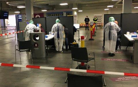 TRE PÅ RAD: Nye innreiseregler i januar gjorde at kommunen måtte oppbemanne teststasjonen på Torp Sandefjord lufthavn. På ettersommeren vil det trolig bli travelt her igjen.