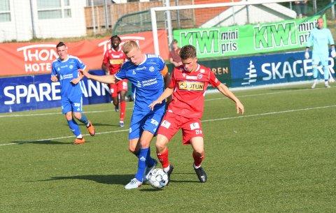 NYTT UTTAK: Peder Meen Johansen (i rødt) er tatt ut til G18-landslaget som skal spille to kamper i Østfold denne uka. Han er stolt over fornyet tillit på landslaget. Her i aksjon mot Pors i første runde av cupen tidligere i sommer.