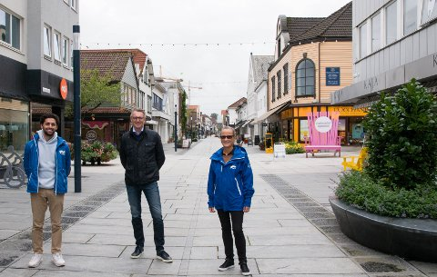 Sandnes Høyre fikk flere interessante innspill på turen i Langgata, men det som sto mest ut var ønsket om gratis parkering. F.v. Milan Aran, Wiggo Gilje, Anne Grethe Brandal