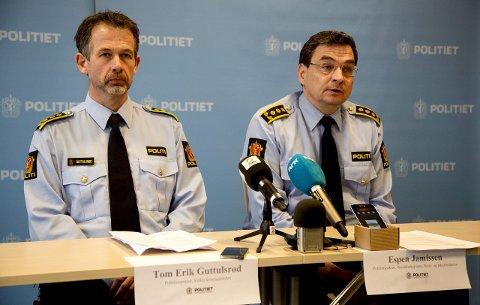 RIFLE: Tom Erik Guttulsrød og Espen Jamissen kunne på politiets pressekonferanse fortelle at kvinnen ble skutt med ei rifle.