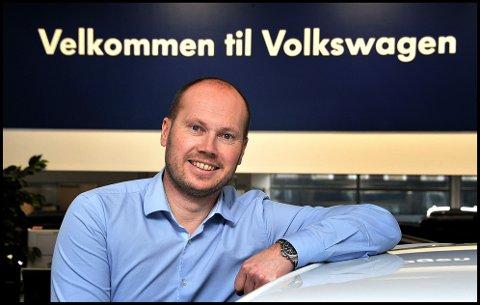 SPENT: Svein Kåre Haaland er daglig leder ved Dahles Auto Sarpsborg. Han kan glede seg over å være forhandler av den mest solgte bilmodellen i mars, men han spent på om spådommene om en svikt i nybilsalget på over 40 prosent slår til.