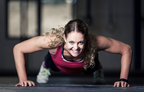 Personlig trener Charlotte Akselsen ønsker å oppfordre til hjemmetrening under koronakrisen.