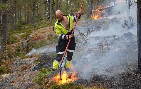 MEST EFFEKTIVT: - River er det aller mest effektive mot spredning av skogbranner, påpeker Kristian Billing mens han jobbet hardt for å slukke flammene.