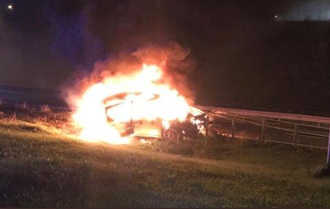 Det brant voldsomt i bilen etter smellen i autovernet.
