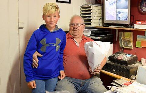 SISTE DAG: Barnebarnet Leo Nordhagen (12) besøkte bestefar John Nordhagen med blomster på Johns siste dag som billakkerer.