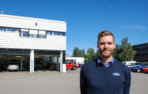 GLEDER SEG: Servicesjef Marcus Borgen (24) står foran området der et nytt verksted planlegges, og gleder seg til å få mer boltreplass for mekanikerne hos Bergerkrysset Auto.
