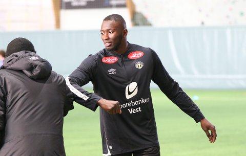 ERSTATTAR: Mansour Gueye (27) skal erstatta Igoh Ogbu (21) i midtforsvaret til Sogndal komande sesong. Her er han på plass på sogndalstreninga tysdag.