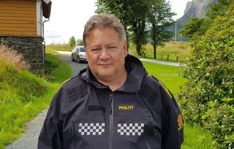 TAKKAR AV: Kåre-Jan Hofrenning har jobba som politi ved Høyanger lensmannskontor i 26 år. No skal han pensjonere seg.
