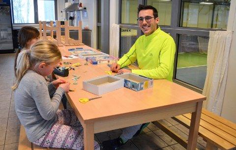 TRIVES MED BARN: Nino Ariño (27) trives i jobben på IFO og som tennistrener i Svelvik Tennisklubb.