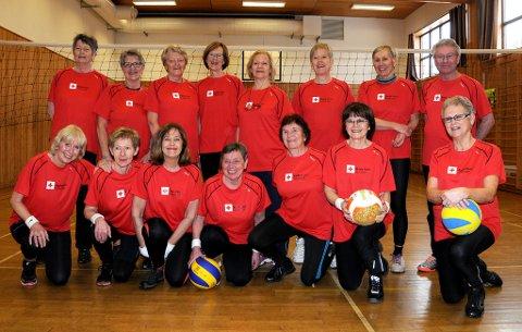 SKIENS OPTIMISTER: De er alle frivillige i Røde kors - og aktive volleyballspillere. Nå skal Skiens optimister til Hamar for å spille turnering. - Dette er godt for både kroppe og sjel, sier initativtaker Mette Dale.