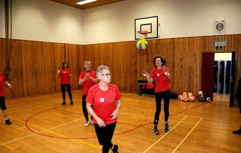 """IDRETTSGLEDE: Det viktigste er å være aktive sammen, men etter et år med volleyball har damene, som har størst erafring med håndball, blitt virkelig gode. 21. mars skal de spille mot forbildene """"Optimistene"""", i tillegg til """"Entusiastene""""."""