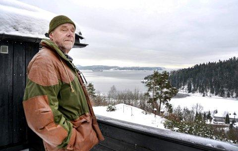 NOK FORURENSNING: - Vi har nok forurensning i fjorden her, og de burde legge til rette for landstrøm, sier Kjell Rambekk, innbygger på Flakvarp. FOTO: ELLEN ESBORG