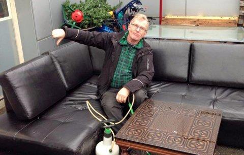 VIL IKKE HA SØPPEL: Tor Hylland vil gjerne at folk spør før de setter fra seg møbler utenfor bruktbutikken. Denne sofaen havner rett på dynga.