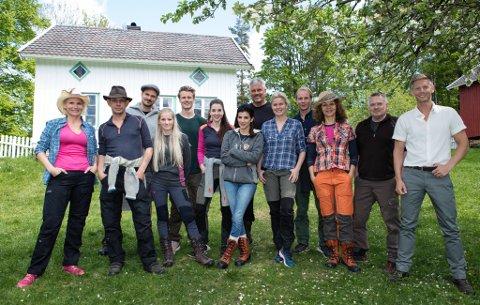 KJENDISER: Denne uken flyttet 12 norske kjendiser inn på gården i Bamble. Dermed er opptakene i gang til historiens første Farmen Kjendis. Foto: TV2