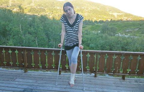 PÅ KRYKKER: Janne Elisabeth Johannessen går på krykker etter at hun ble påkjørt av en bil på Haukeli lørdag ettermiddag.