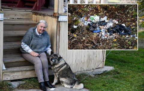 SØPPEL: Inger Johanne K. Grini og Rugg gikk tur, da de sist søndag oppdaget at noen bare har slengt fra seg søppelsekker i veikanten. Foto:Mari Nymoen