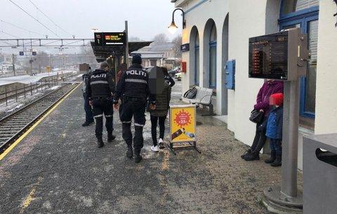 I LARVIK: Dramatikk på jernbanestasjonen i morgentimene fredag. Her blir de tre mistenkte ført bort av politiet like før klokken 08.30. Foto: Bjørn-Tore Sandbrekkene