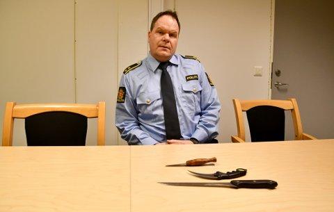 BEKYMRET: Flere blir tatt med kniv, det bekymrer seksjonsleder Bjørge Lothe ved Grenland politistasjon.