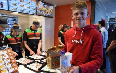 FØRSTE SALGET BLE EN KLASSIKER: Lars Solberg var aller først i køen, og ble dermed den første kunden på Burger King Notodden. Han kjøpte en god, gammeldags cheeseburger.