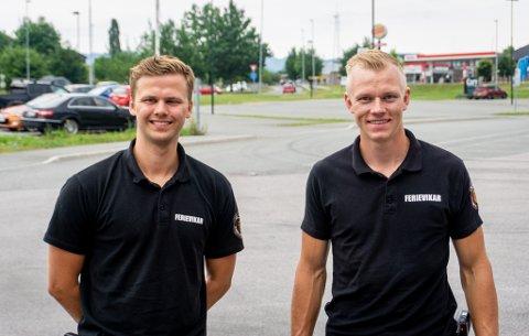TRIVES: Anders Bauge Dale og Haakon Aaltvedt Pettersen forteller at de aldri har hatt en kjedelig dag i sommerjobben som brannkonstabel i Skien brannvesen.