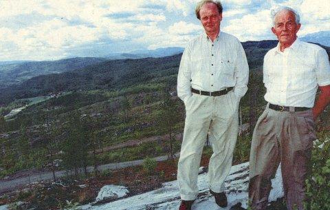 LETTET: Grunneier Sveinung O. Flaaten kan puste lettet ut. Takket være Peder Dahlen (til høyre) utviklet ikke branntilløpet ved Kroktjønnmyr i går seg på samme måte som katastrofe-skogbrannen for fem år siden.