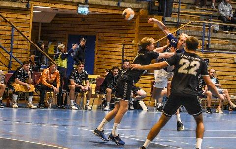 TRE MÅL: Olav Landsverk Skåttet satte inn tre mål i sin debutkamp for herrelaget. Han gikk respektløst til verks mot langt mer drevne motspillere.
