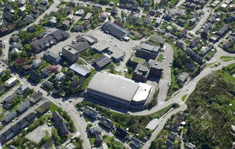 Flyfoto. Kristiansund St. Haugenområdet bmed Braatthallen og Videregående skole.