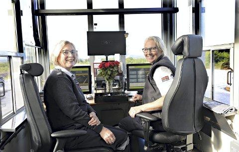 I bua: Sonja Eriksson (til venstre) og Hilde Iren Husby Gule var på jobb da Atlanterhavstunnelen ble gratis 1. juli 2020. - Det er mange gode historier og mye latter, sier Husby Gule.
