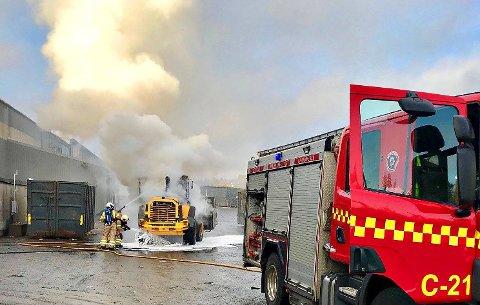 BRANN: Hjullasteren på avfallsanlegget på Tarandrød stod i brann onsdag ettermiddag.