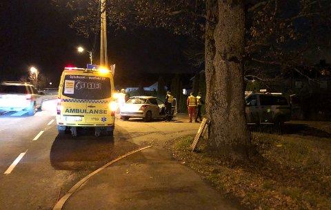 Politiet har dyttet bilen ut i veikanten.